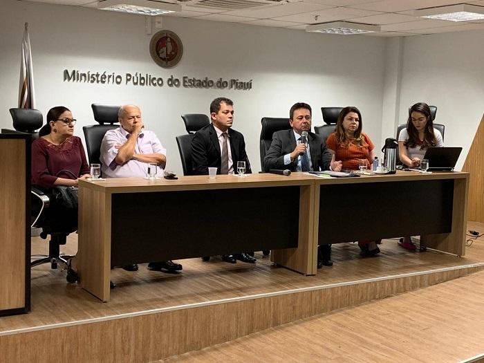 Ao centro o promotor de Justiça Eny Pontes, que responde pela 12ª Promotoria de Justiça de Teresina, à direita, o superintendente da Sesapi, Alderico Tavares; o presidente da FMS, Charles Silveira, a presidente do CRM-PI, Mirian Palha; à esquerda, a presidente do COREN-PI, Tatiana Melo, e a analista ministerial Brenda Carvalho.