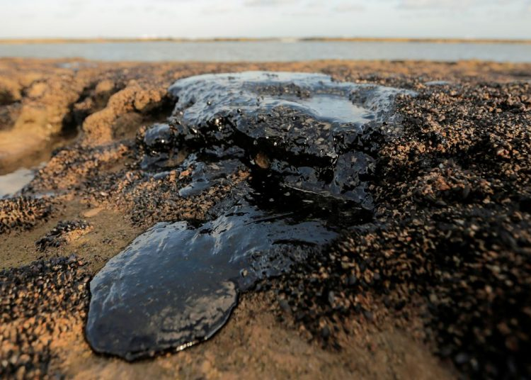 Um derramamento de óleo é visto na praia de Pontal do Coruripe, em Coruripe, estado de Alagoas, Brasil, 8 de outubro de 2019