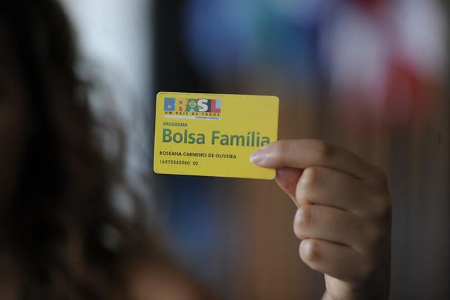BIE - Banco de imagens externas - Está pronto para ser votado pela Comissão de Assuntos Econômicos (CAE) projeto de lei que visa a incentivar a contratação de beneficiários do Bolsa Família por empresas. De autoria do senador licenciado Alvaro Dias (PSDB-PR), a matéria tem parecer favorável, com uma emenda, do relator, senador Ciro Nogueira (PP-PI). O Projeto de Lei do Senado (PLS) 433/2008 permite que a pessoa jurídica que contratar beneficiário do Programa Bolsa Família possa deduzir valor equivalente ao benefício do Bolsa Família da contribuição patronal devida à Seguridade Social. A proposição também prevê que, necessariamente, o empregado tenha o benefício suspenso durante todo o período em que durar seu vínculo com a empresa. rrFoto: Jefferson Rudy/Agência Senado