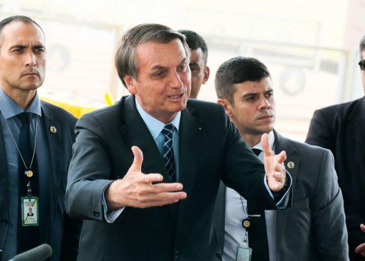 Presidente Jair Bolsonaro cumprimenta turistas e fala à imprensa no Palácio da Alvorada