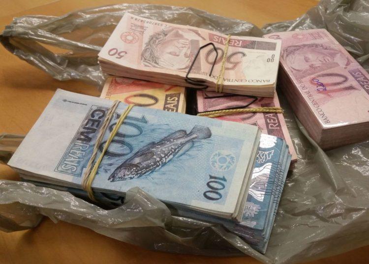 Porto Alegre - Cédulas falsas apreendidas. Polícia Federal deflagou a Operação Inkjet 2, na manhã de hoje (30) para desarticular um grupo que fabricava e comercializava dinheiro falsificado (Daniel Isaia/Agência Brasil)