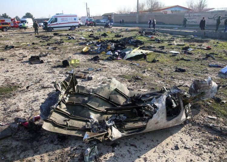 Restos de um avião pertencente à Ukraine International Airlines, que caiu após decolar do aeroporto Imam Khomeini no Irã, são vistos nos arredores de Teerã, no dia 8 de janeiro de 2020. Nazanin Tabatabaee / WANA (Agência de Notícias da Ásia Ocidental) via REUTERS