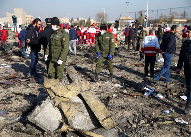 Oficiais de segurança e trabalhadores do Crescente Vermelho são vistos no local onde o avião da Ukraine International Airlines caiu após a decolagem do aeroporto Imam Khomeini, no Irã, nos arredores de Teerã, no Irã, em 8 de janeiro de 2020. Nazanin Tabatabaee / WANA (Agência de Notícias da Ásia Ocidental) via REUTERS