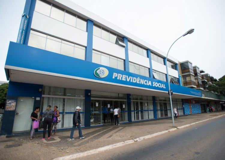 Servidores do Instituto Nacional do Seguro Social (INSS) entraram em greve por tempo indeterminado. Eles reivindicam reajuste salarial de 27,5% e melhores condições de trabalho (Marcelo Camargo/Agência Brasil)