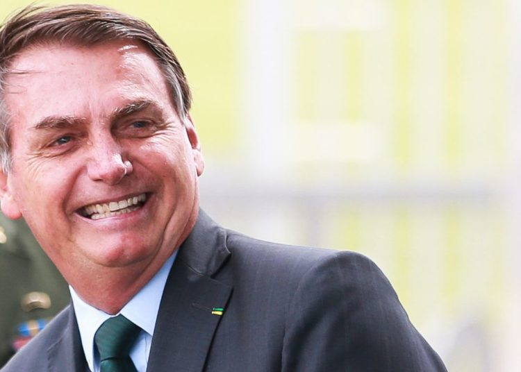 O Presidente Jair Bolsonaro cumprimenta populares no Palácio da Alvorada