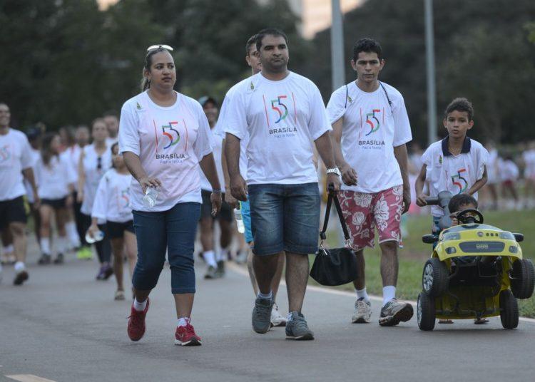 O GDF realiza no Parque da Cidade, a caminhada Brasília - cidade limpa. Com o tema jogue lixo na lixeira, o evento faz parte das comemorações dos 55 anos da cidade (Fabio Rodrigues Pozzebom/Agência Brasil)