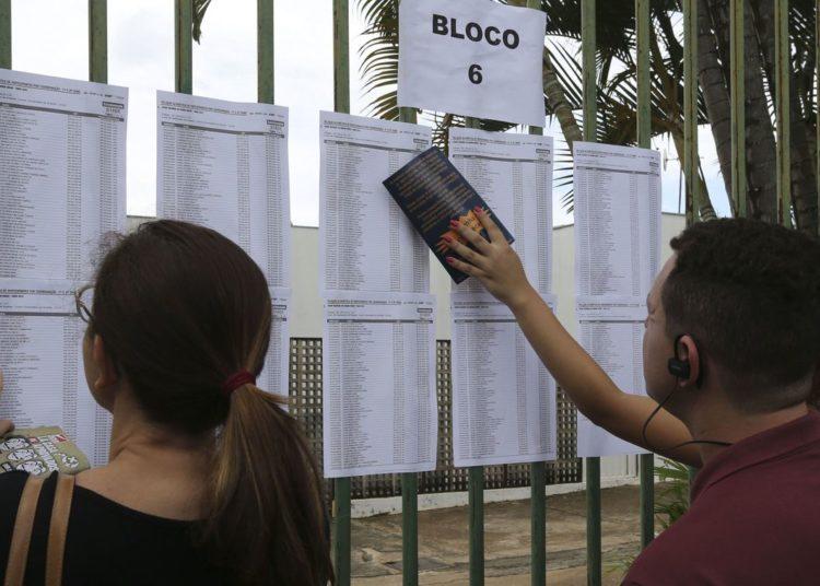 Candidatos aguardam abertura do portões do UniCEUB para o primeiro dia de provas do Enem 2018