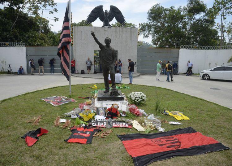 Fãs prestam homenagem aos jogadores vítimas da tragédia no Centro de Treinamento do Flamengo, o Ninho do Urubu.