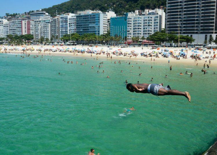 Rio de Janeiro - Em dia de alta temperatura, cariocas e turistas enchem praias da zona sul da cidade. (Foto: Tomaz Silva/Agência Brasil)