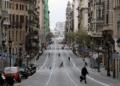 As pessoas andam na rua Via Laietana durante o surto da doença por coronavírus (COVID-19), em Barcelona, Espanha, 31 de março de 2020. REUTERS / Nacho Doce