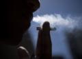 BRASÍLIA, DF, BRASIL,  30-05-2014, 11h30: Fumante. (Foto: Marcelo Camargo/Agência Brasil)