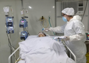 Paciente com doença de coronavírus (COVID-19) é tratado na Unidade de Terapia Intensiva (UTI) de um hospital de campo criado para tratar pacientes com doença (COVID-19) em Guarulhos, São Paulo, Brasil, maio 12 de março de 2020 - REUTERS / Amanda Perobelli