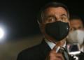 O presidente Jair Bolsonaro fala à imprensa no Palácio da Alvorada