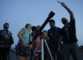 Grupos de visitantes e estudiosos se reunem no Forte de Copacabana para observar o eclipse total da lua, em que o astro ganha tons avermelhados, conhecido como Lua de Sangue.