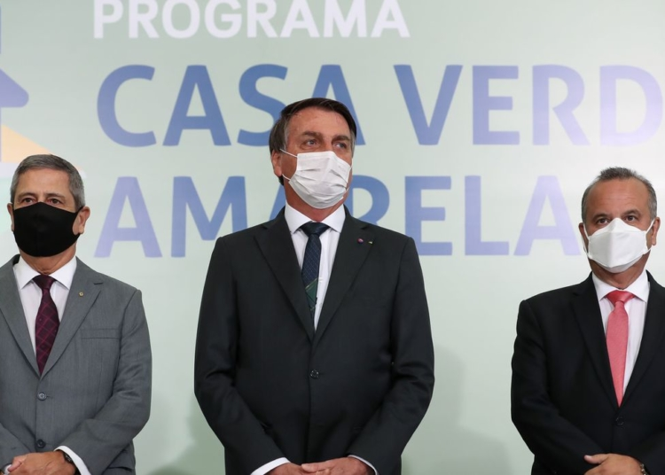 O ministro da Casa Civil,  Braga Netto, o presidente da República, Jair Bolsonaro, e o  ministro do Desenvolvimento Regional, Rogério Marinho, durante a cerimônia de lançamento do Programa Casa Verde e Amarela