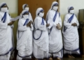 Roman Catholic nuns of the Missionaries of Charity order pray at the tomb of Mother Teresa at a service to commemorate the 23rd death anniversary of Mother Teresa at the Missionaries of Charity house in Kolkata on September 5, 2020. - Due to the restrictions amid Covid-19 coronavirus pandemic devotees from outside were not allowed to participate in the prayers inside the Mother House. (Photo by Dibyangshu SARKAR / AFP)