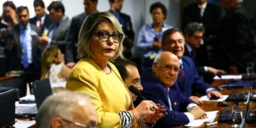 A senadora Selma Arruda, relatora do projeto de lei (PLS 166/2018) que altera o Código de Processo Penal para disciplinar a prisão após a condenação em segunda instância, durante sessão da Comissão de Constituição, Justiça e Cidadania (CCJ)