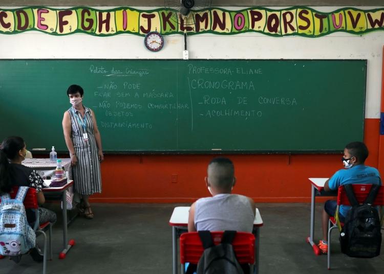 Professora Eliane Conconi conversa com alunos em sala de aula da escola Thomaz Rodrigues Alckmin, no primeiro dia de retorno das escolas do estado de São Paulo para atividades extracurriculares em meio ao surto de coronavírus (COVID-19) em São Paulo, Brasil 7 de outubro de 2020 . REUTERS / Amanda Perobelli
