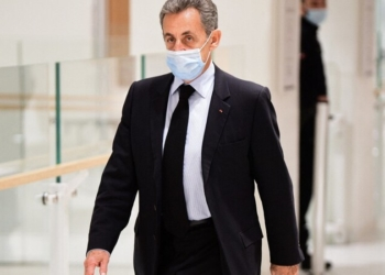 (FILES) In this file photo taken on December 8, 2020 Former French President Nicolas Sarkozy arrives for a hearing at his trial on corruption charges at Paris courthouse. - The Paris court on March 1, 2021 will rule on the fate of former French President Nicolas Sarkozy, against whom the prosecutor's office has requested prison for corruption and influence peddling. Four years in prison, including two years suspended, have been requested for the former head of state and his two co-defendants, his lawyer Thierry Herzog and former senior magistrate Gilbert Azibert. (Photo by Martin BUREAU / AFP)
