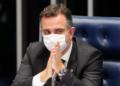 Senador Rodrigo Pacheco preside a sessão do Senado durante a leitura do relatório do sendor Márcio Bittar, relator da PEC Emergencial, que foi unida com a do Pacto Federativo,  na tribuna do Senado. Sérgio Lima/Poder360 03.03.2021