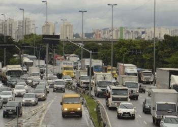 Trânsito e risco de alagamentos na marginal Tietê.