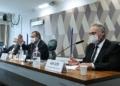 O presidente da CPI, Omar Aziz, entre Pazuello e o relator, Renan Calheiros Edilson Rodrigues/Agência Senado  Fonte: Agência Senado
