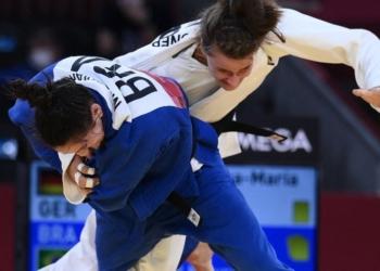 Foto: CBJ Mayra Aguiar imobiliza adversária e conquista seu terceiro bronze olímpico no judô