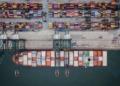 Foto aérea de navio e containers no porto de Santos. Crédito: www.portodesantos.com.br
