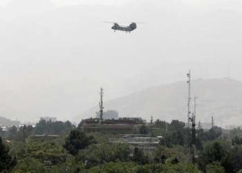 Helicóptero de transporte militar sobrevoa Cabul, Afeganistão Foto: Stringer / Reuters