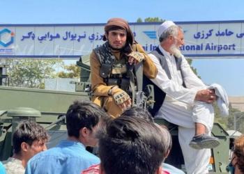 Combatente do Taliban senta em cima de veículo blindado do lado de fora do Aeroporto Internacional Hamid Karzai, em Cabul, no Afeganistão 16/08/2021 REUTERS/Stringer Foto: Reuters
