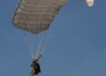 Paraquedistas fizeram saltos livres operacionais a uma altura de 10 mil pés - Foto: Marcos Corrêa/PR