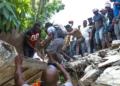Haitianos se mobilizam para tentar encontrar sobreviventes sob os escombros, em Los Cayos, Haití.RALPH TEDY EROL / EFE