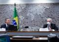 Fernando Collor (presidente da CDR) e Jaques Wagner durante a audiência Waldemir Barreto/Agência Senado  Fonte: Agência Senado