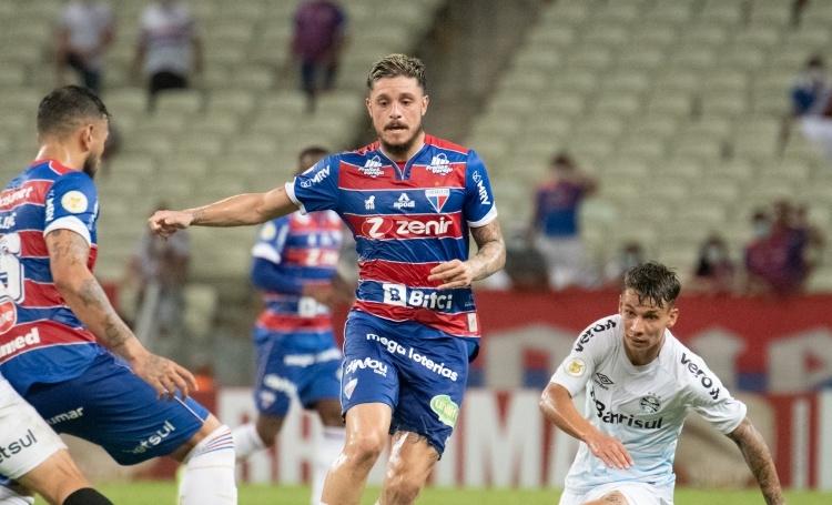 Na Arena Castelão, Fortaleza e Grêmio mediram forças pela 26ª rodada do Brasileirão Assaí  Créditos: Kely Pereira/AGIF