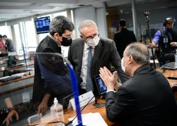 Randolfe com o relator da CPI, Renan Calheiros, e o presidente, Omar Aziz, na reunião de quinta-feira / Foto: Pedro França/Agência Senado  Fonte: Agência Senado